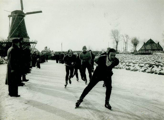 Elfstedentocht 3-2-1954 Vrouwbuurtstermolen kopgroep Jeen vd Berg
