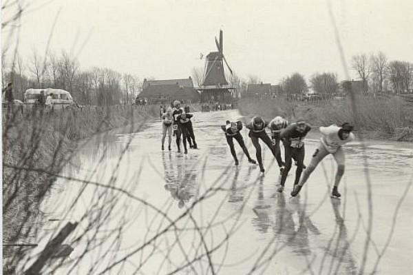 Elfstedentocht 21-2-1985 Vrouwbuurtstermolen kopgroep Evert v Benthem